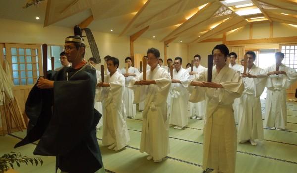 遷座した本殿でも祭典を行います。写真は玉串拝礼、斎主の後ろでは祭員が列拝します