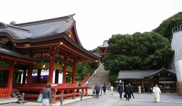 鎌倉市 鶴岡八幡宮(舞殿から本殿を望む)