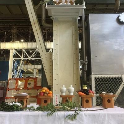 工場内神棚前の祭壇