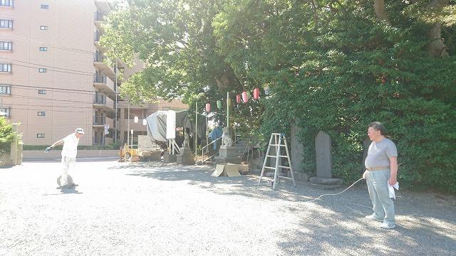 本日は、従来の提灯の掲出と電気関係の事を、岩橋電設さんにご奉仕頂いております。